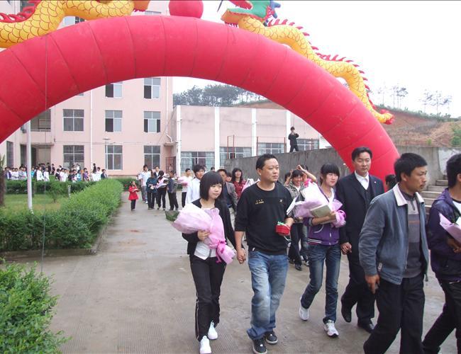 高二学生由父母陪同走过成人门