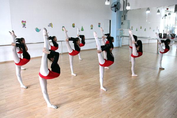 世纪文化艺术中心是经政府万行教师人才网、文化局注册的综合型校外培训机构。中心师资力量一流、环境高雅、设备齐全,确保学生有一个安静舒适的学习环境。中心以钢琴和舞蹈为特色,结合少儿心理和生理特点,专门为初学儿童设计了丰富、有趣的教学形式。在教师的精心培育下,中心学员参加全国考级活动通过率优秀。参加由中央电视台、深圳电视台、深圳市政府、深圳文化局、深圳报业集团等单位组织的各类大型演出活动百余次,并荣获全国、省、市各类钢琴、舞蹈比赛大奖300余项(含教师学生个人),为全国艺术院校输送了大批的艺术人才。因我中心教学