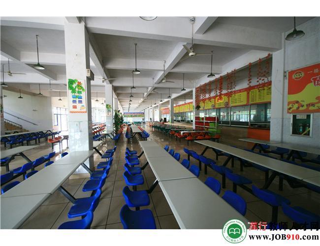 干净整洁的食堂