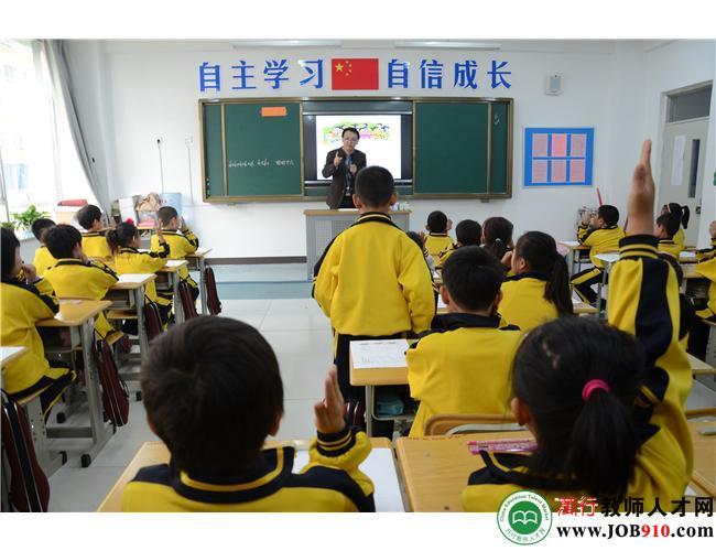 小学低段上学课堂