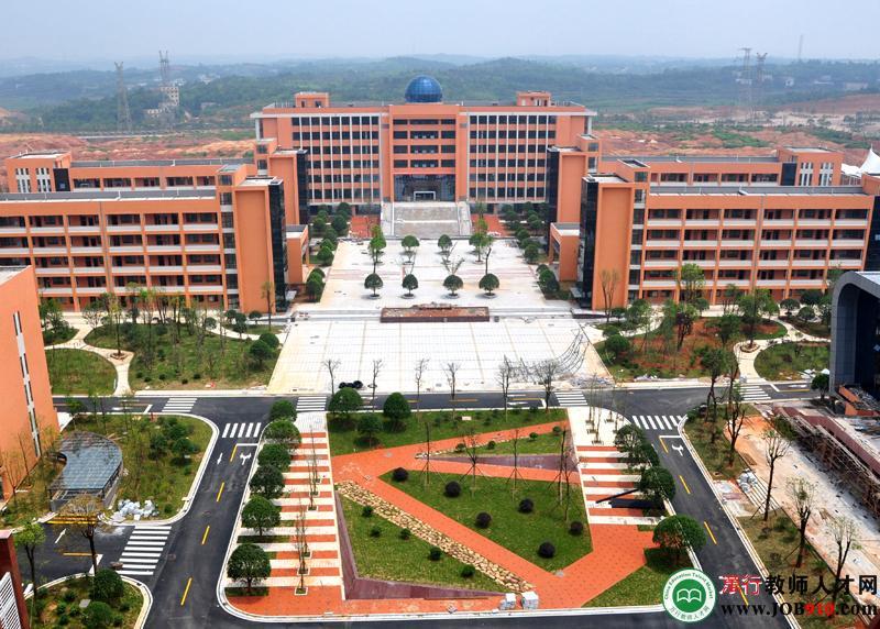 学校紧邻湘潭九华经济开发区交通主干道奔驰路,位于郭家安置区旁,处在图片