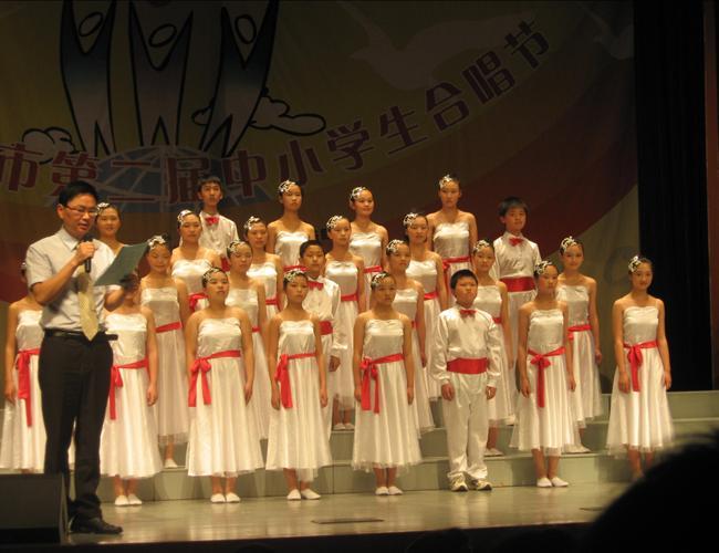 仙居外语学校创办于1998年,位于浙江省仙居县城区。现有小学、初中、高中三个校区,96个教学班,5000多名在校生。办学18年来,中考成绩一直位居全县榜首,教育教学质量已跻身于台州市前列,享有较高的社会声誉。成为仙居县中小学生择校首选,每年来校报名求学万行教师人才网的有3000多名学生。我校生源充足,招生任由挑选,所招学生基础扎实,好管好教,当教师非常有成就感。欢迎你加盟我校。